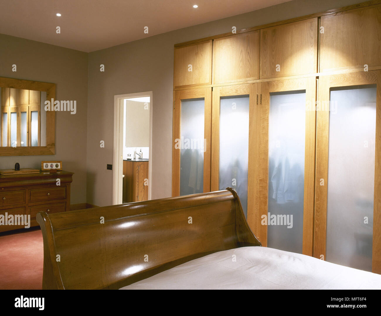 Modernes Schlafzimmer Detail mit einem hölzernen Schlitten Bett ...