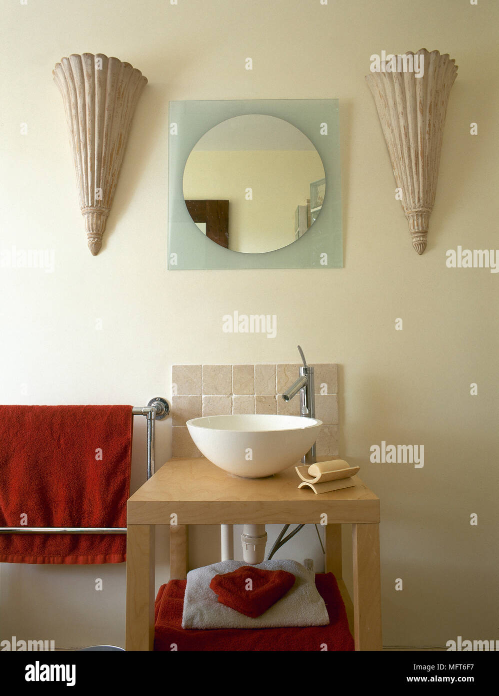 Modernes Badezimmer mit einem Waschbecken auf einem Stand ...