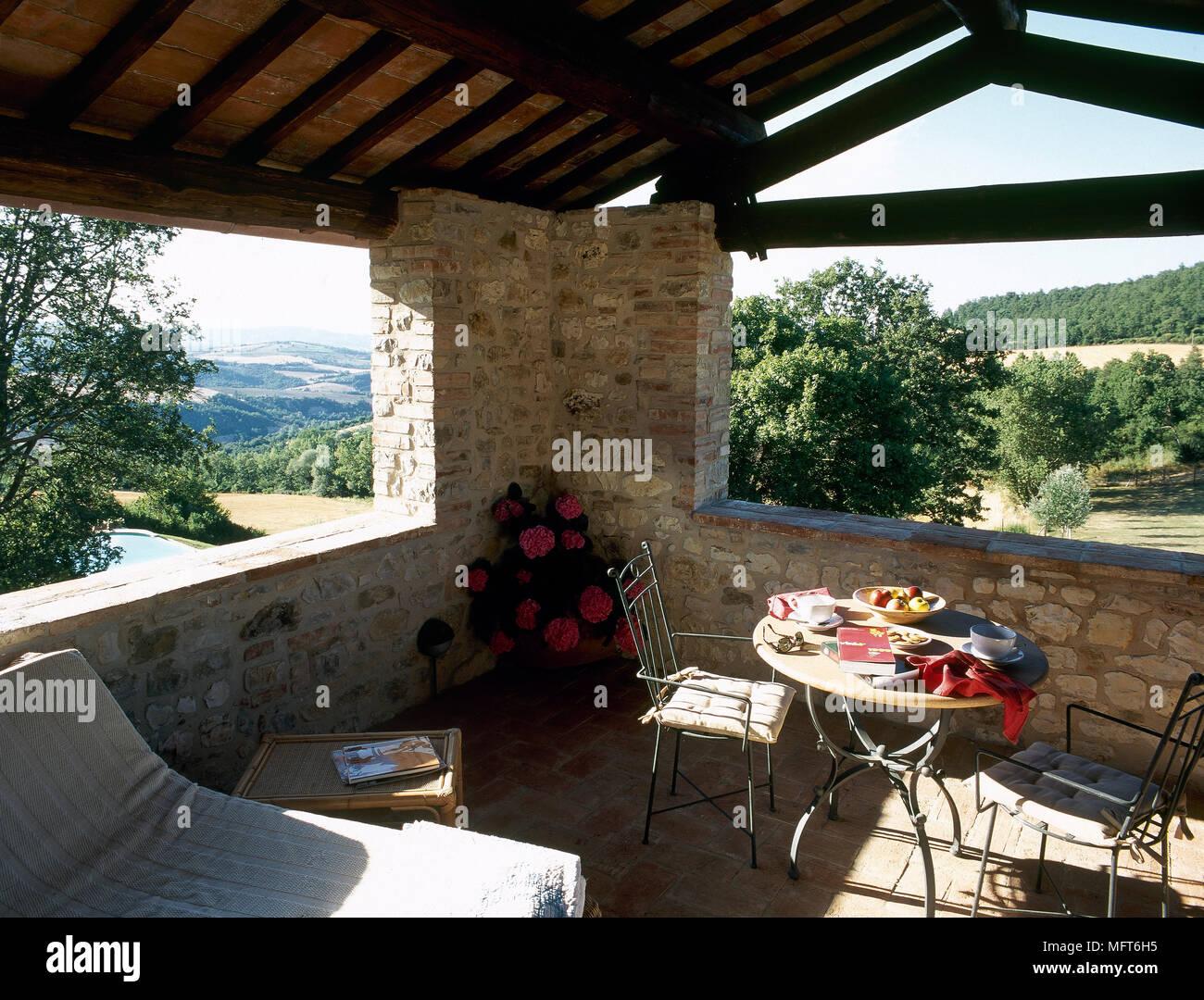 rustikal, stein, balkon mit satteldach, einer sitzecke und einem
