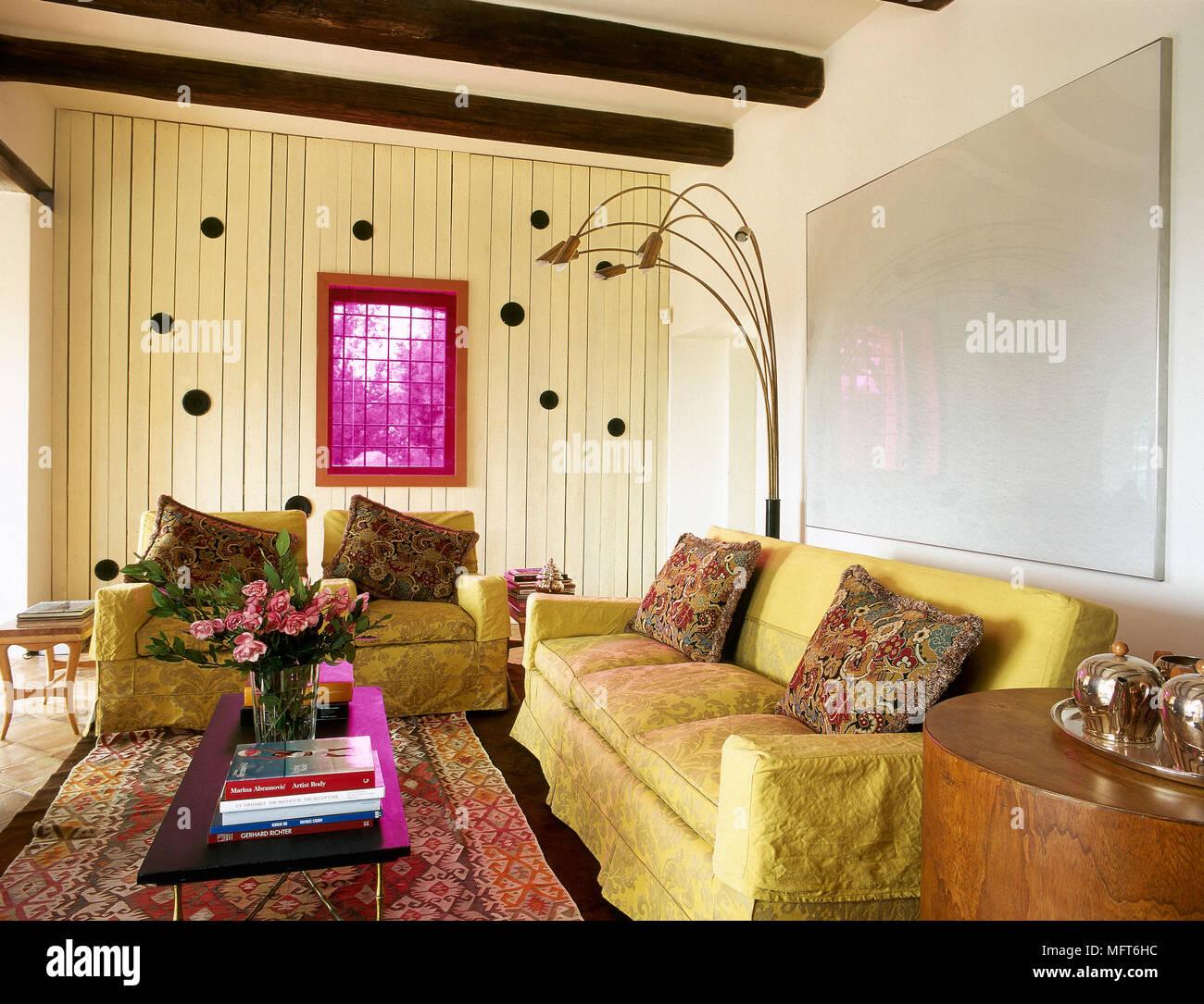 Eklektische Wohnzimmer Mit Holzbalkendecke Gelb Gepolsterten Sofas Couchtisch Und Modernen Kunstwerken Und Beleuchtung Stockfotografie Alamy