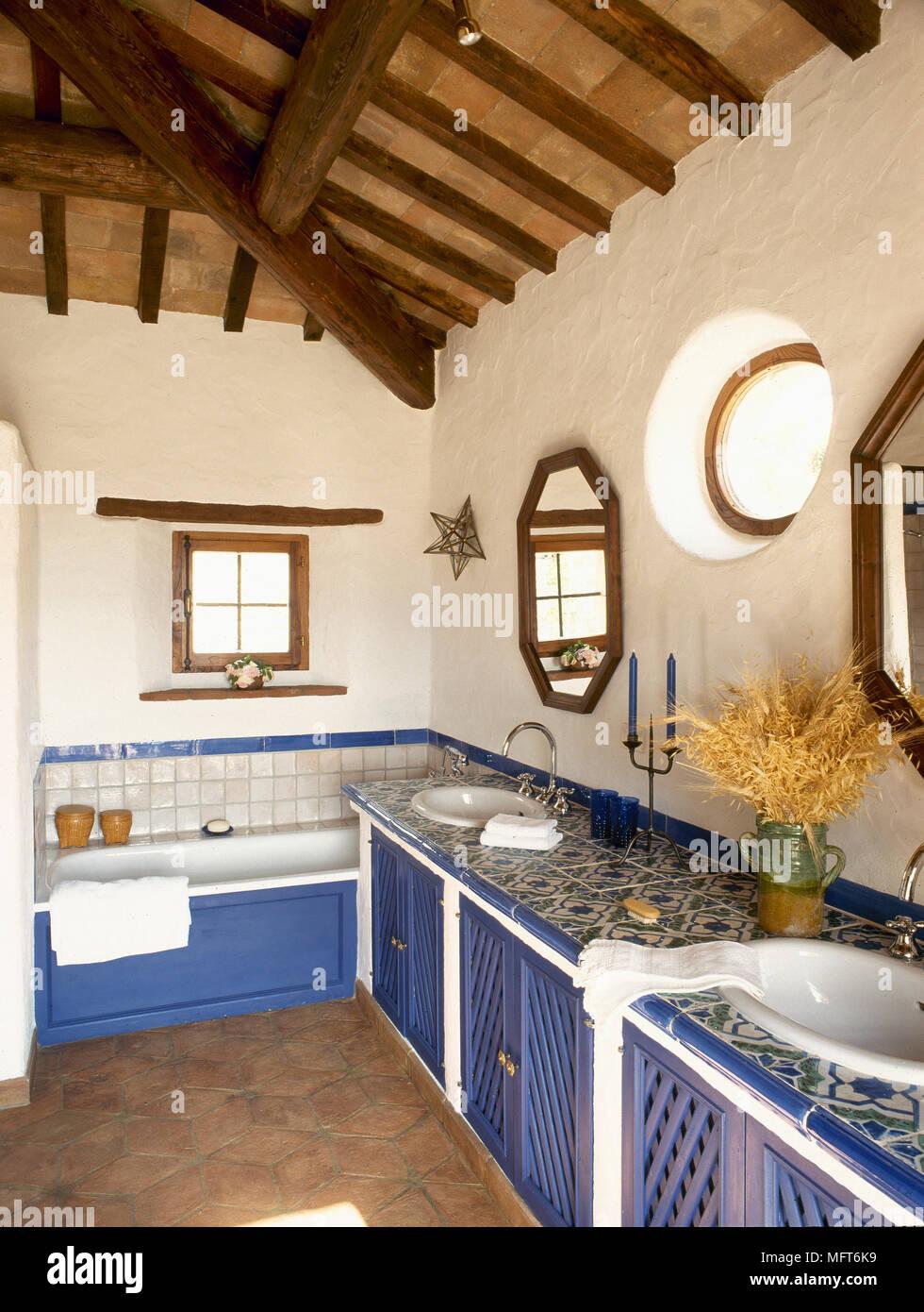 Badezimmer im mediterranen Stil mit Holzbalkendecken, warf ...