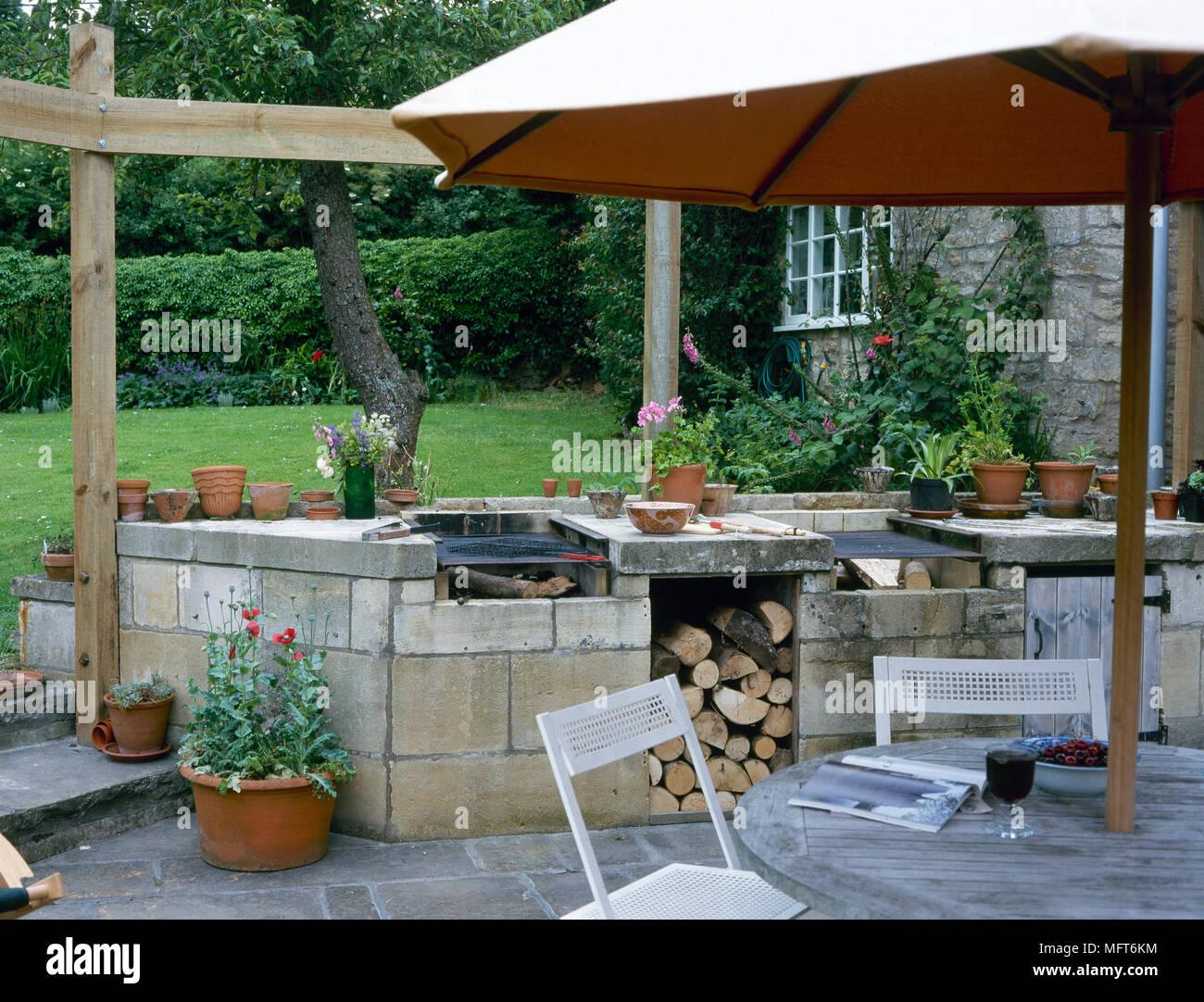 hof mit einem gemauerten außengrill, flagstone terrasse, und ein