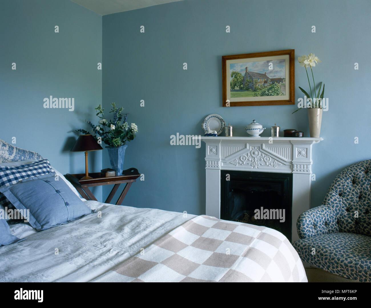 Blau Landhaus Schlafzimmer Mit Kamin Karierte Bettwäsche Und Eine