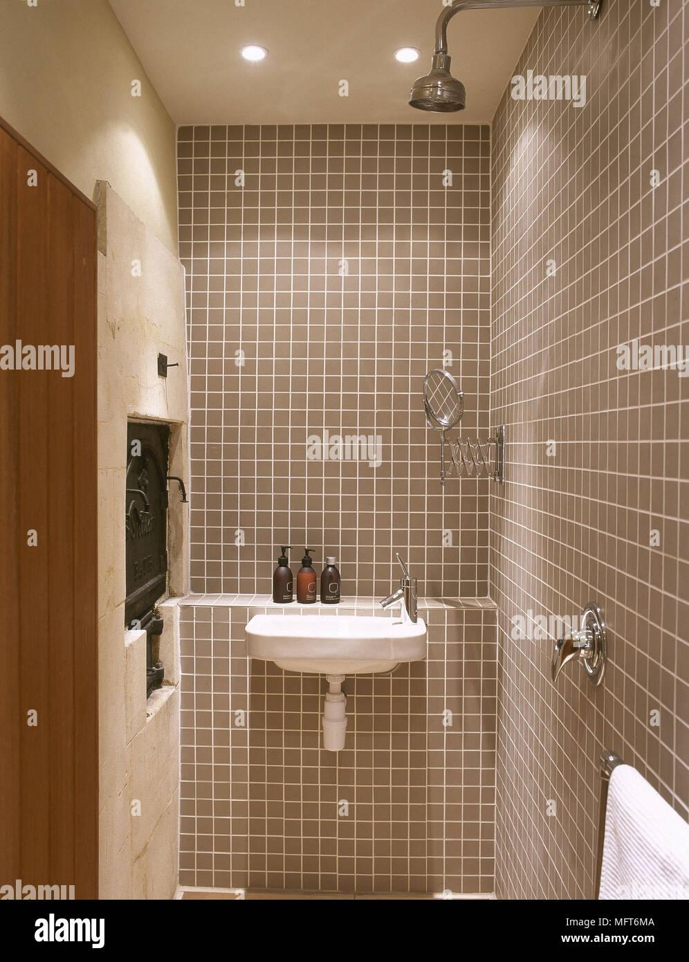 An der Wand montierte Waschbecken und Dusche im Badezimmer Stockfoto ...
