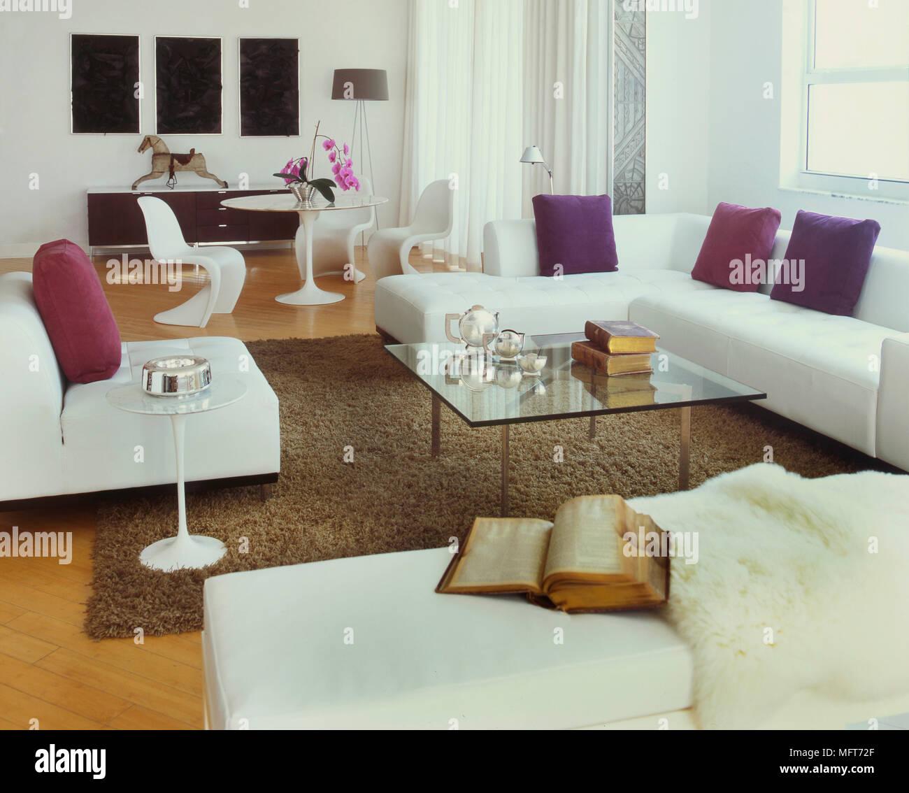 Wohnzimmer mit retro Möbel Couchtisch aus Glas, Miami Beach, Florida ...