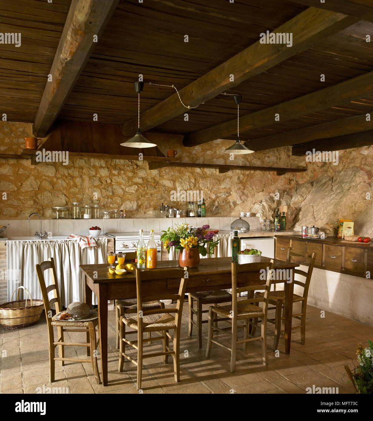 Küche eines Landes mit freiliegenden rustikalen Steinmauern und ...