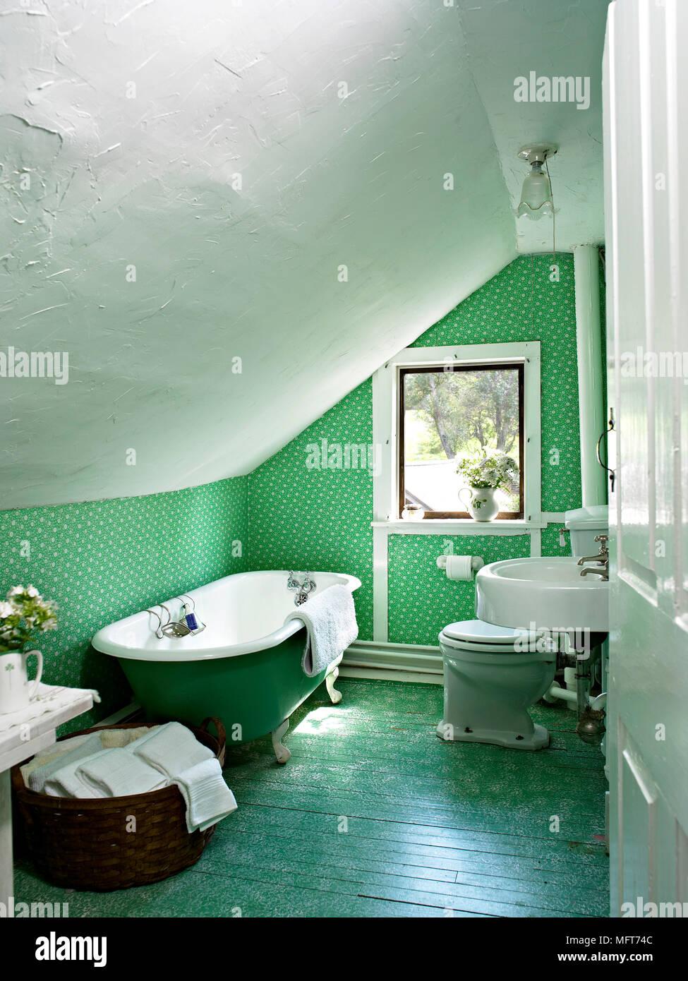 Freistehende Badewanne und Waschbecken in grün Bad Stockfoto, Bild ...