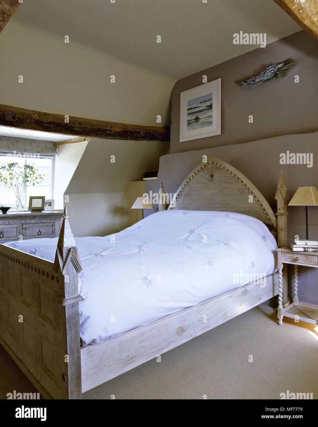 Landhausstil Schlafzimmer Mit Deckenbalken Aus Holz Geschnitzte Bett Weiße  Abdeckung Braune Wände