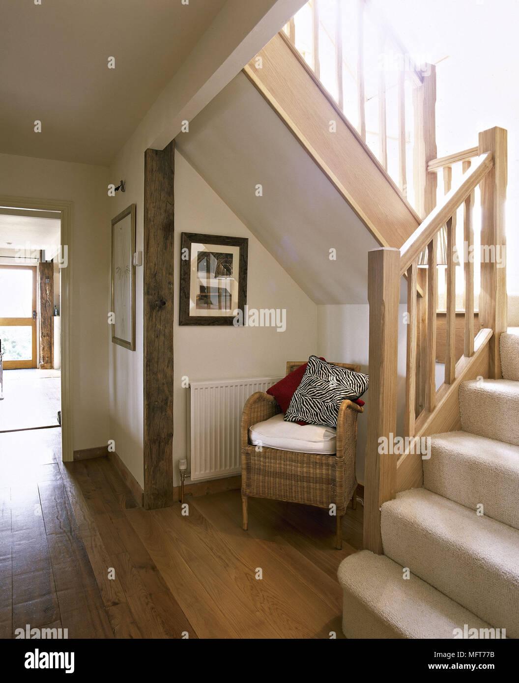 Wunderschön Landhausstil Flur Foto Von Treppe Mit Teppichboden Treppen Holzböden Rattan Sessel