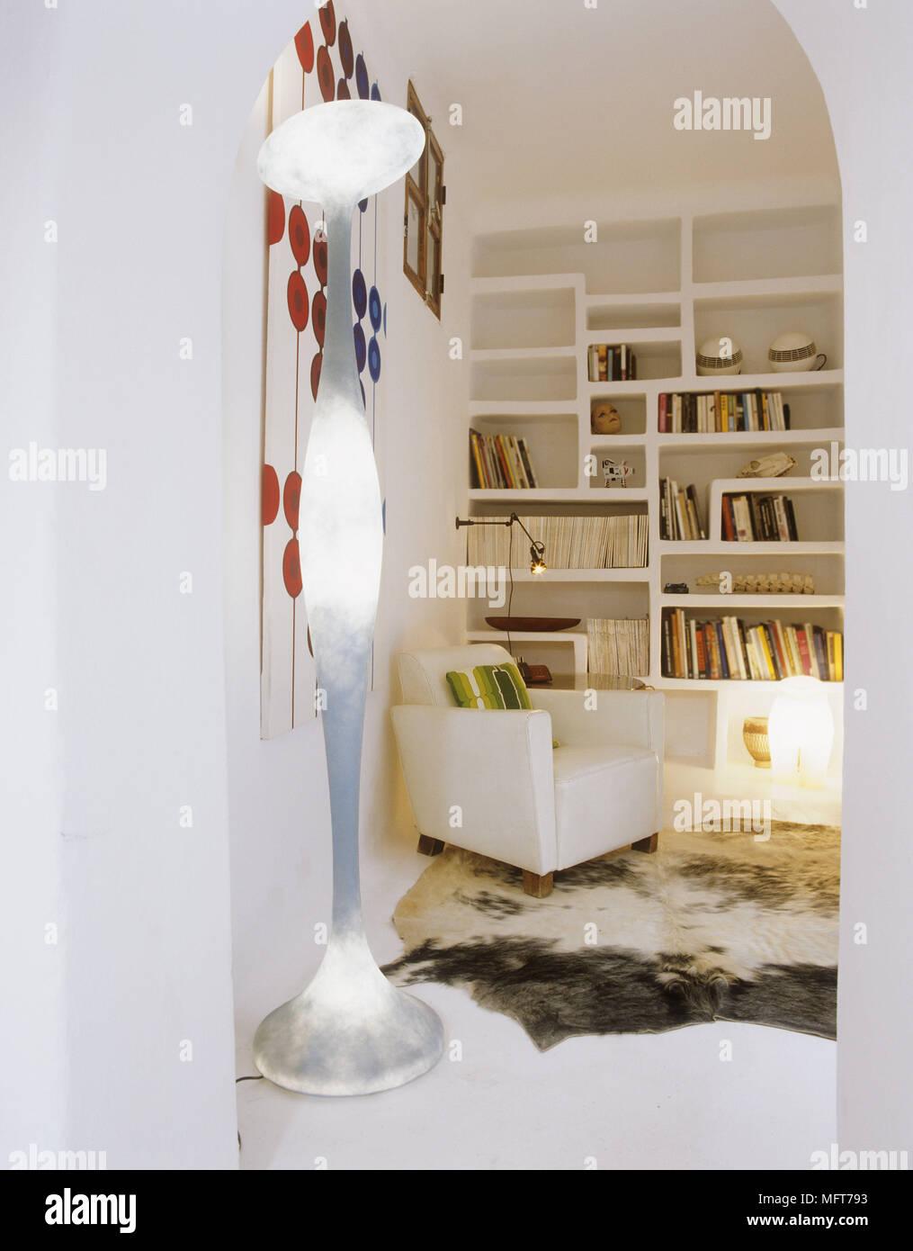 Ein Detail einer modernen weißen Wohnzimmer mit Retro Stil Lampe ...