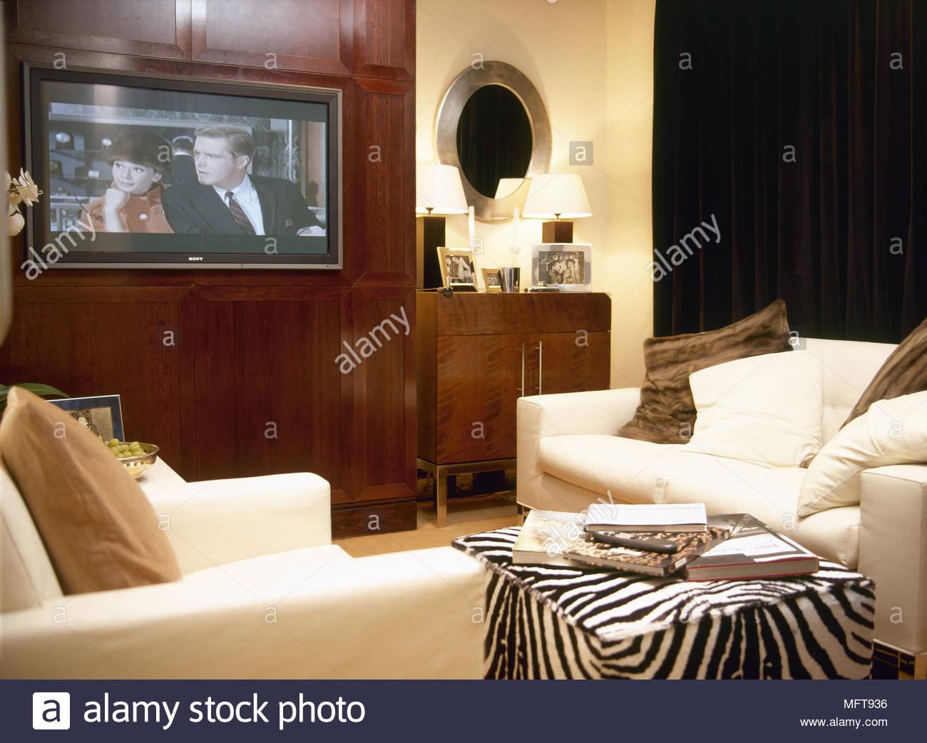 Moderne wohnzimmer detail weiß gepolsterten sofas zebra print