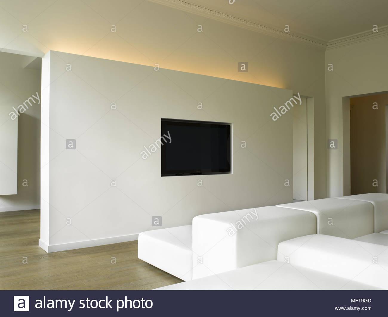 Polsterstühle vor Der an der Wand montierte Fernseher in moderne ...