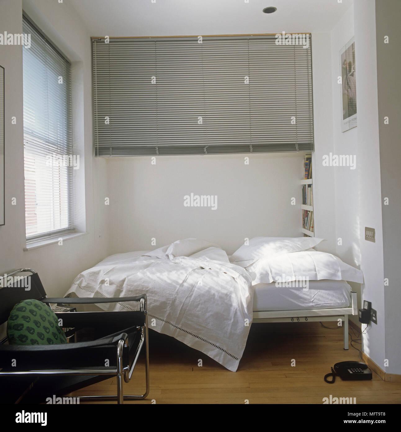 Weiß Doppelbett im minimalistischen Schlafzimmer Stockfoto, Bild ...