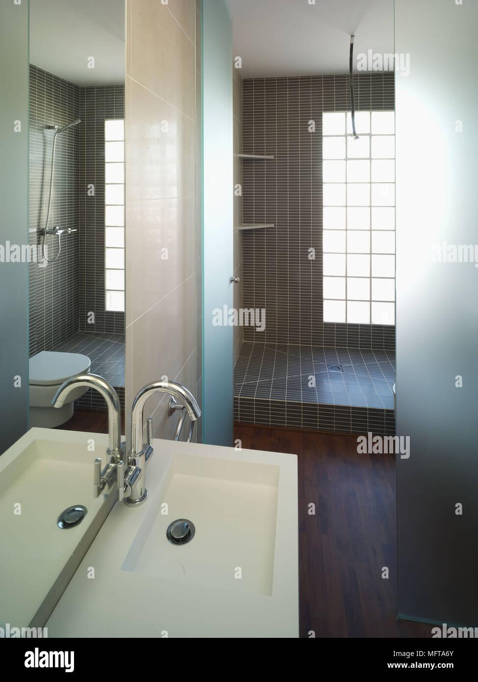 Spiegel über dem Waschbecken im modernen Badezimmer mit Dusche ...