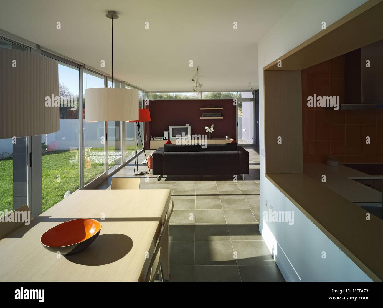 Moderne offene Küche/Esszimmer und Wohnzimmer mit Fenstern vom Boden ...