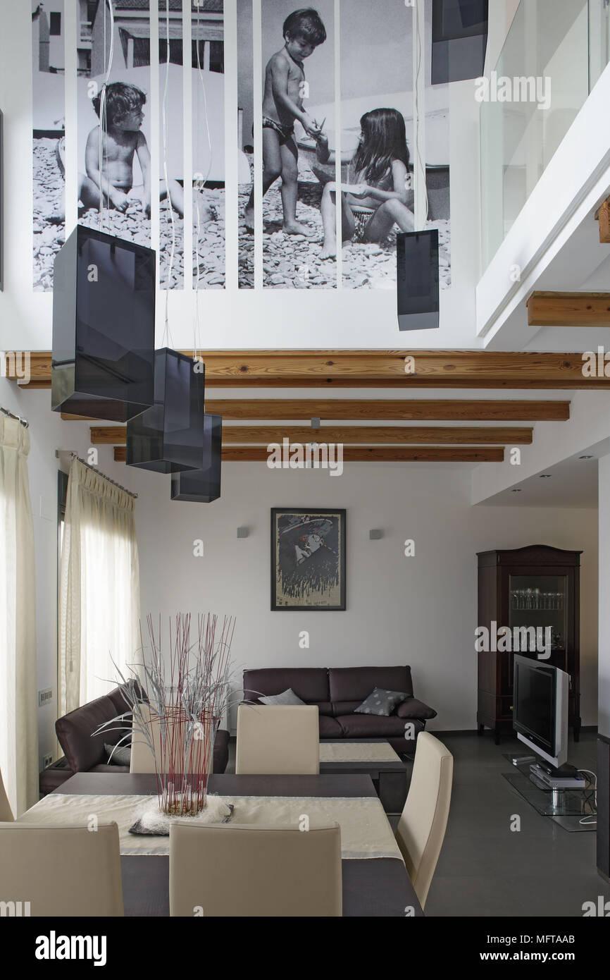 Abgehängte Decke über Dem Esstisch Und Stühlen Und Sitzgelegenheiten In Der  Zeitgenössischen Offenen Zimmer
