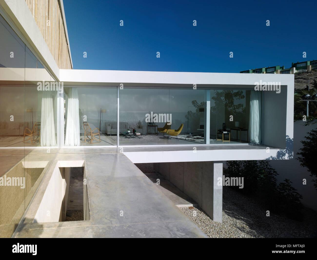 Von außen ein modernes Haus auf verschiedenen Ebenen anzeigen zu ...