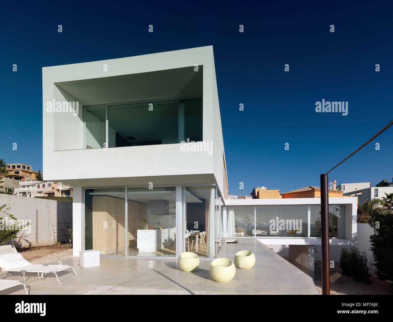 Von außen ein modernes Haus auf verschiedenen Ebenen mit ...