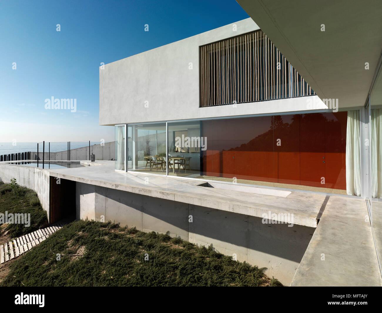 Von außen ein modernes Haus auf verschiedenen Ebenen mit Terrasse ...