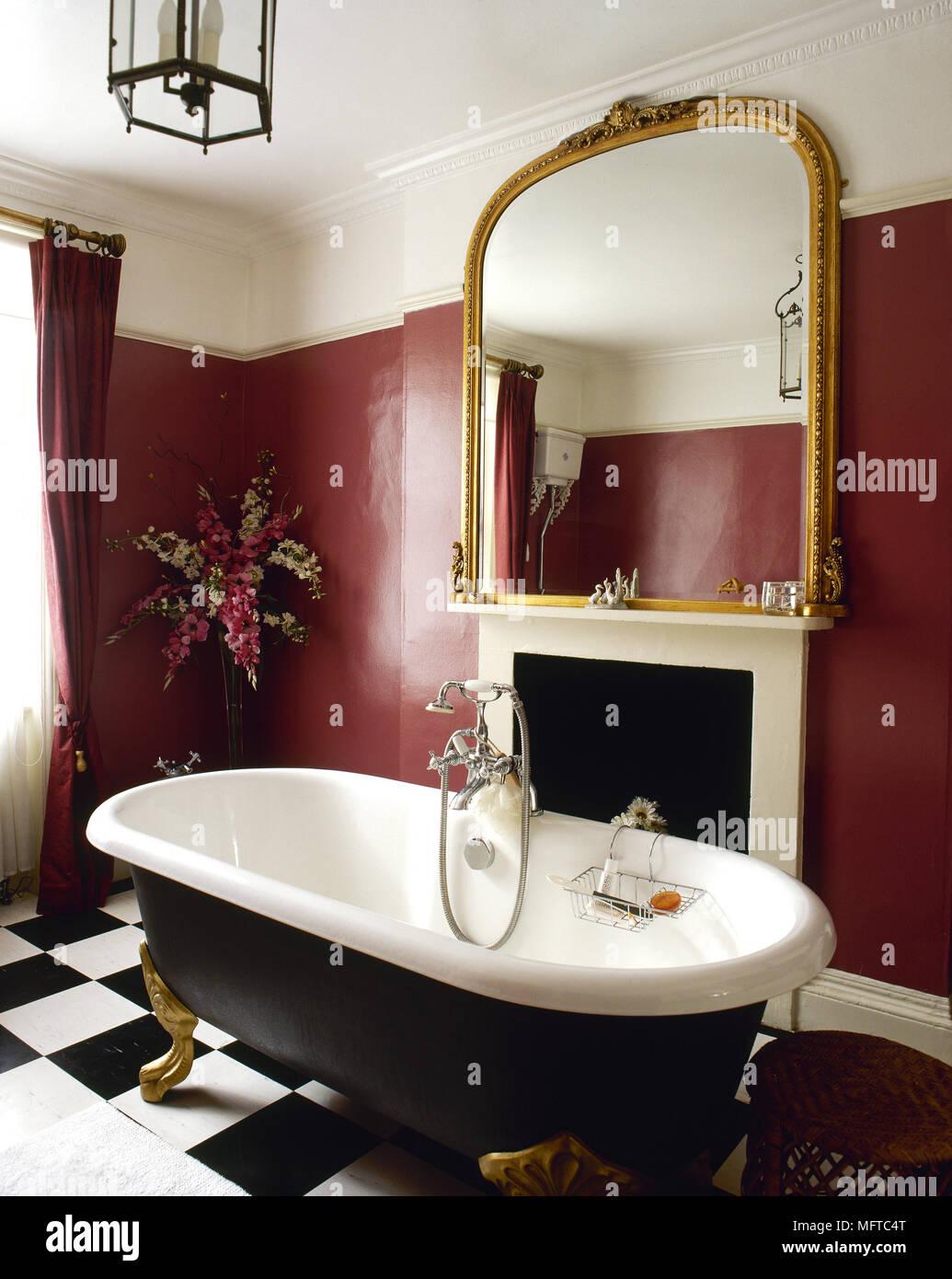 Traditionelle, rot Badezimmer mit freistehender Badewanne, schwarz ...