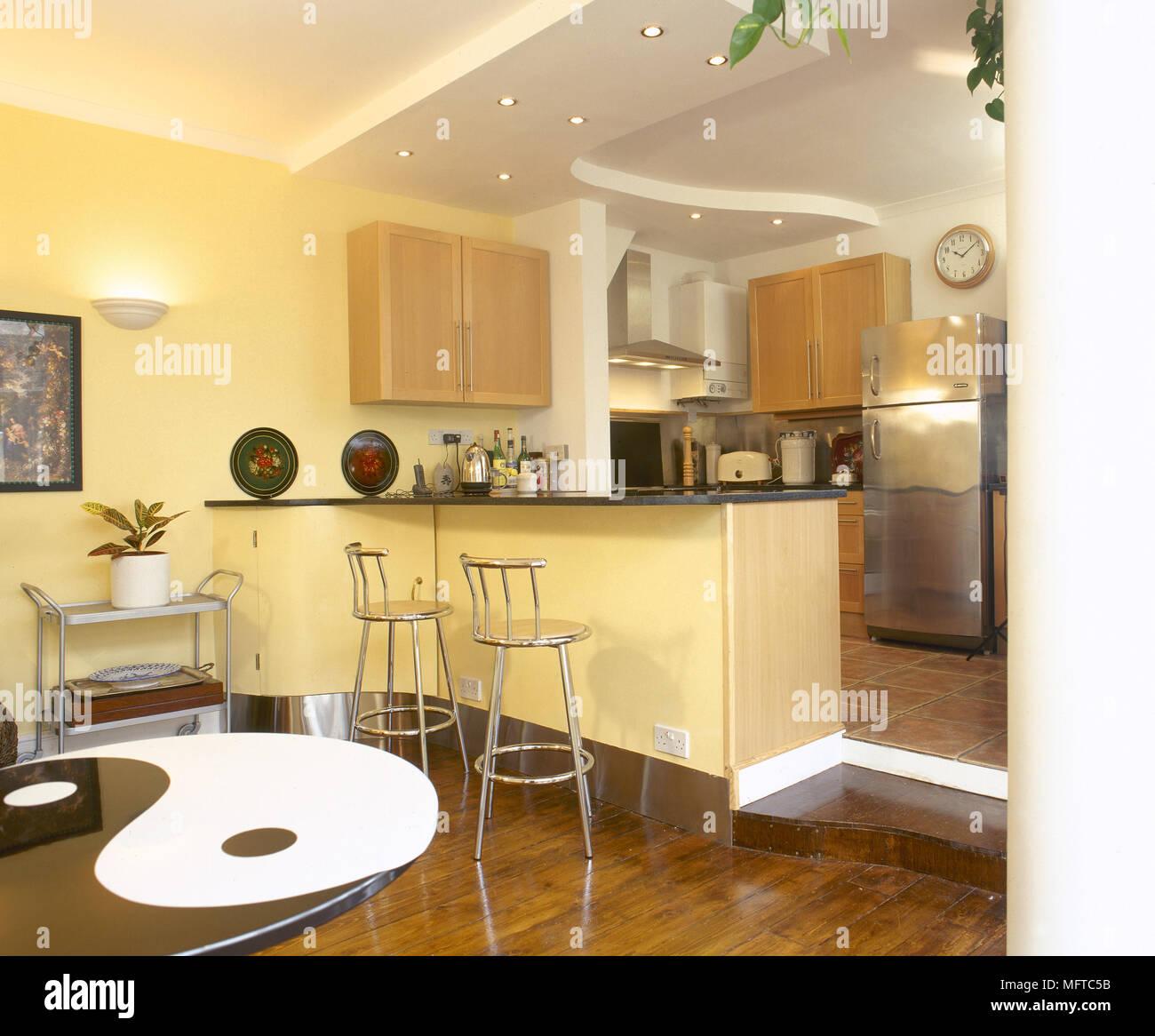 Küche und Essbereich mit einer zentralen Insel Frühstück Bar ...