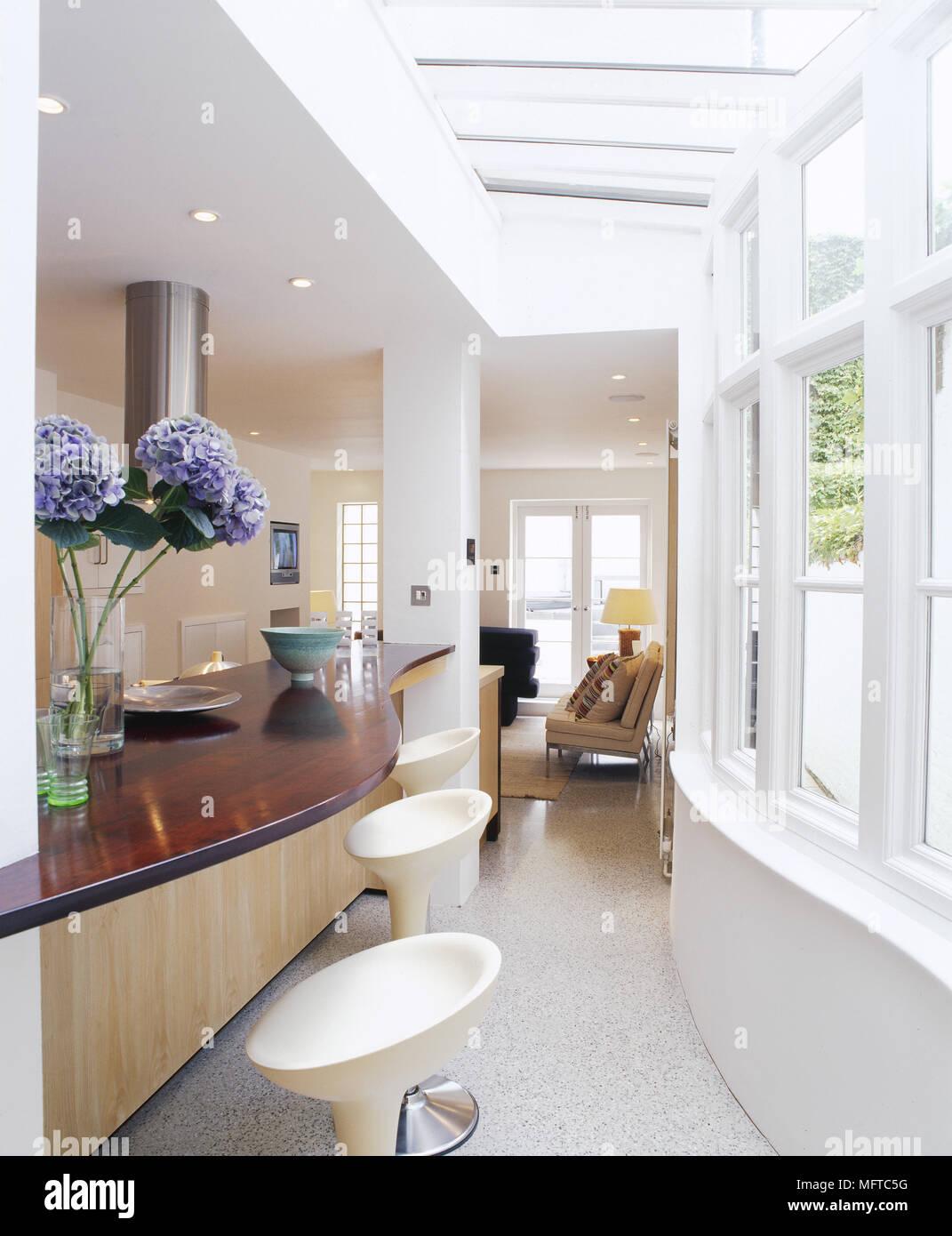 Moderne offene Küche mit Insel Frühstück Bar, Barhocker, Oberlichter ...