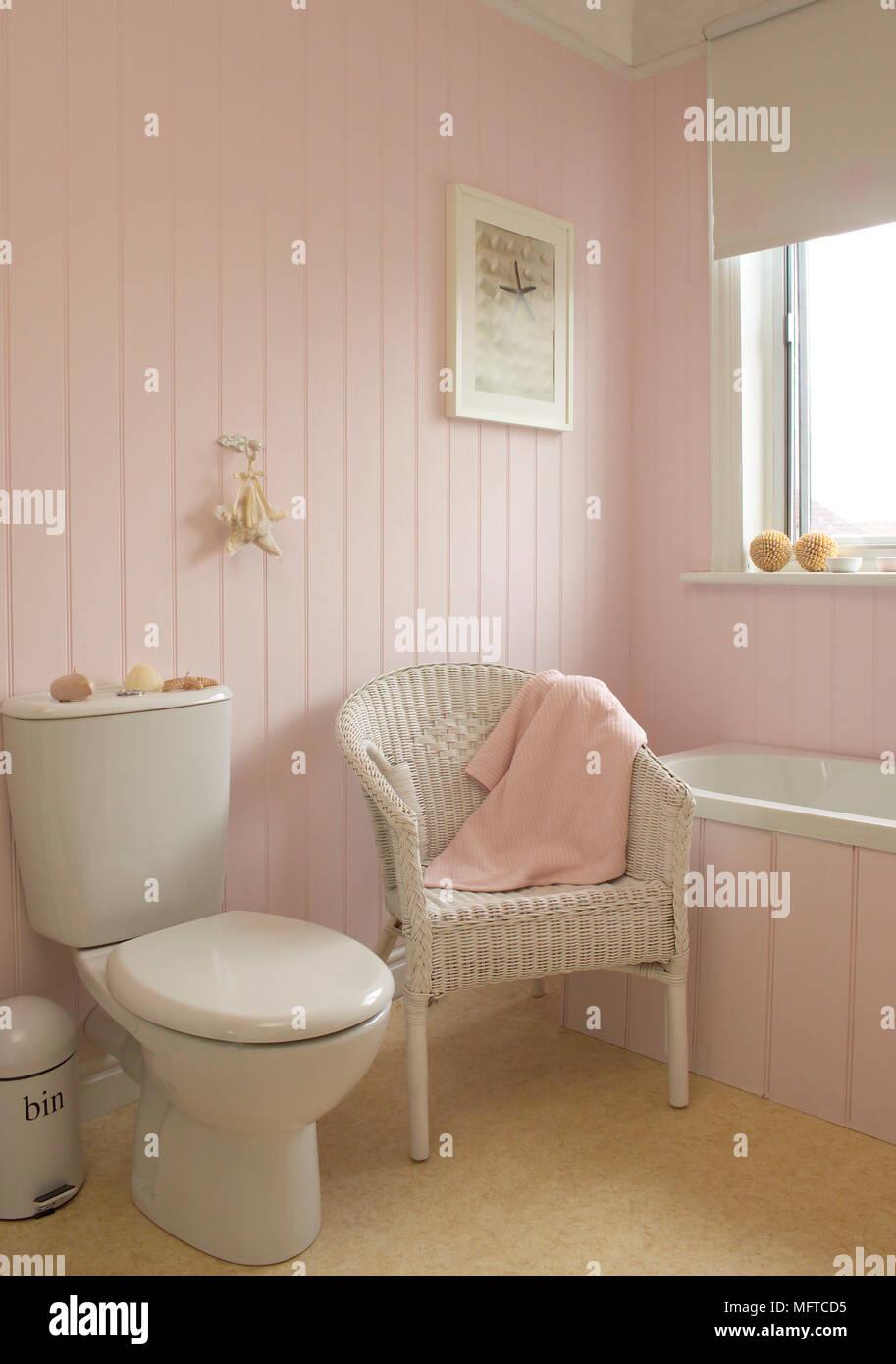 Stuhl neben Wc in rosa Badezimmer Stockfoto, Bild: 181860145 - Alamy