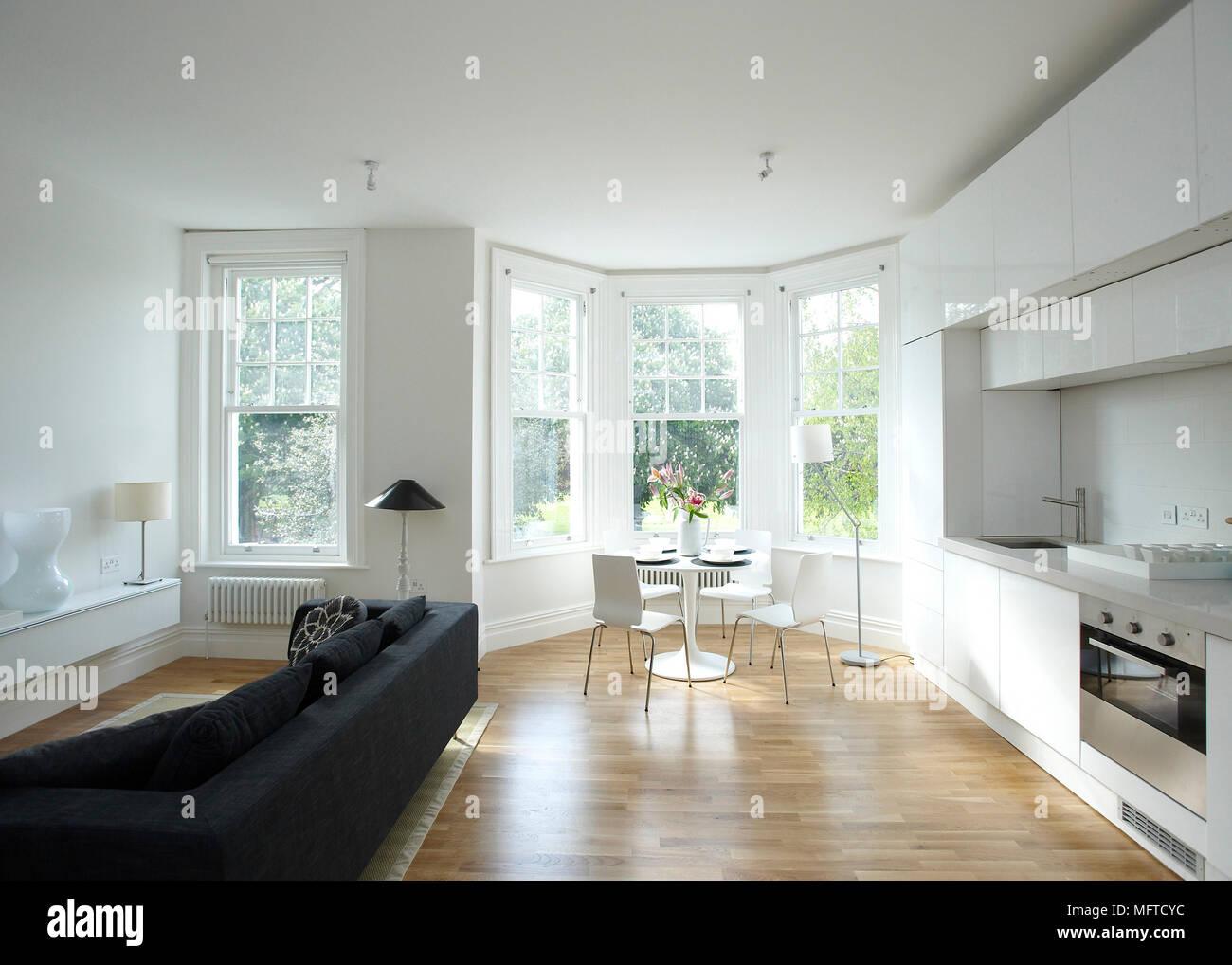 Esstisch und Stühle in moderne offene Küche mit Sitzecke Stockfoto ...