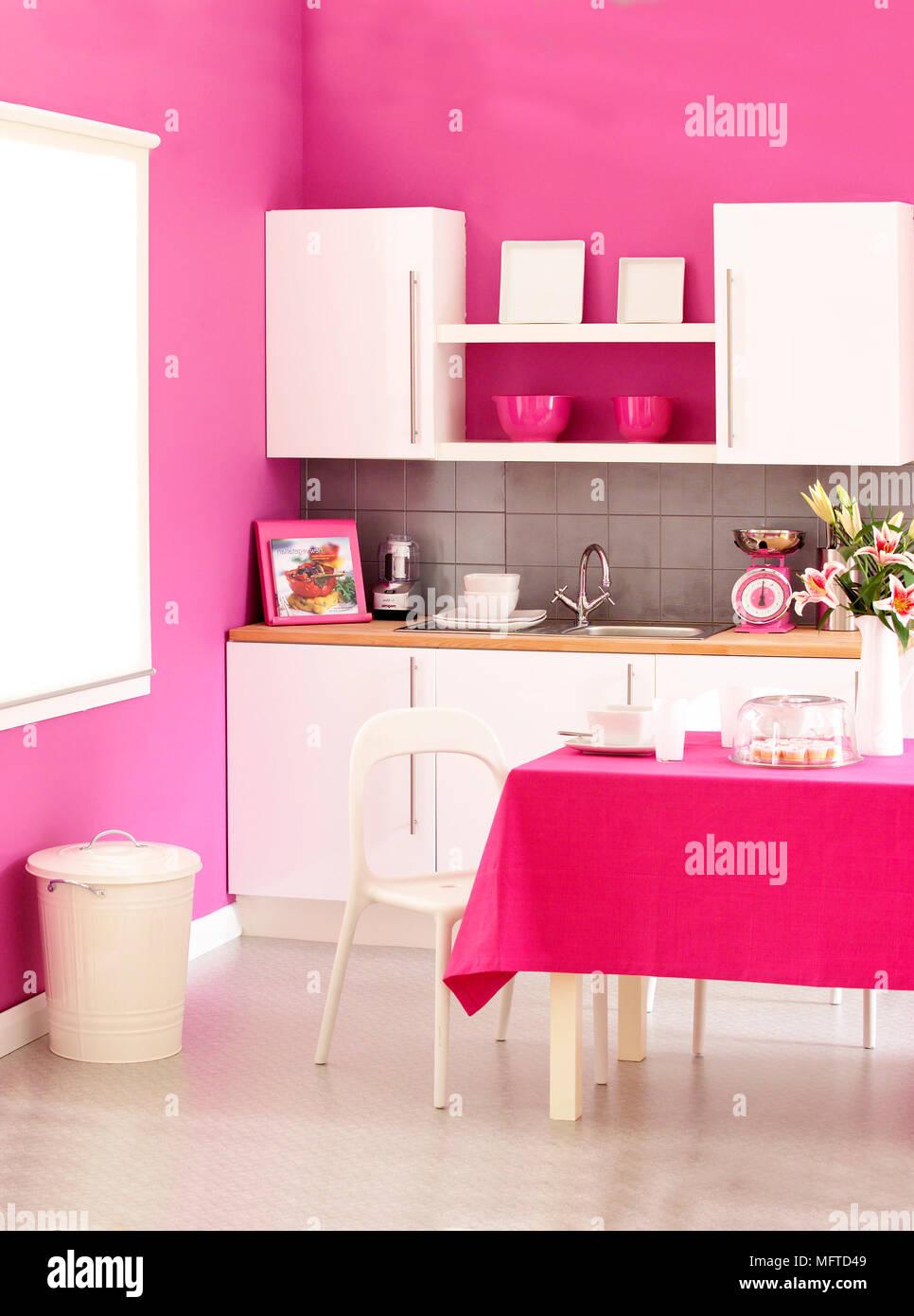 Fruhstuck Tisch In Der Mitte Des Modernen Rosa Kuche Stockfoto Bild