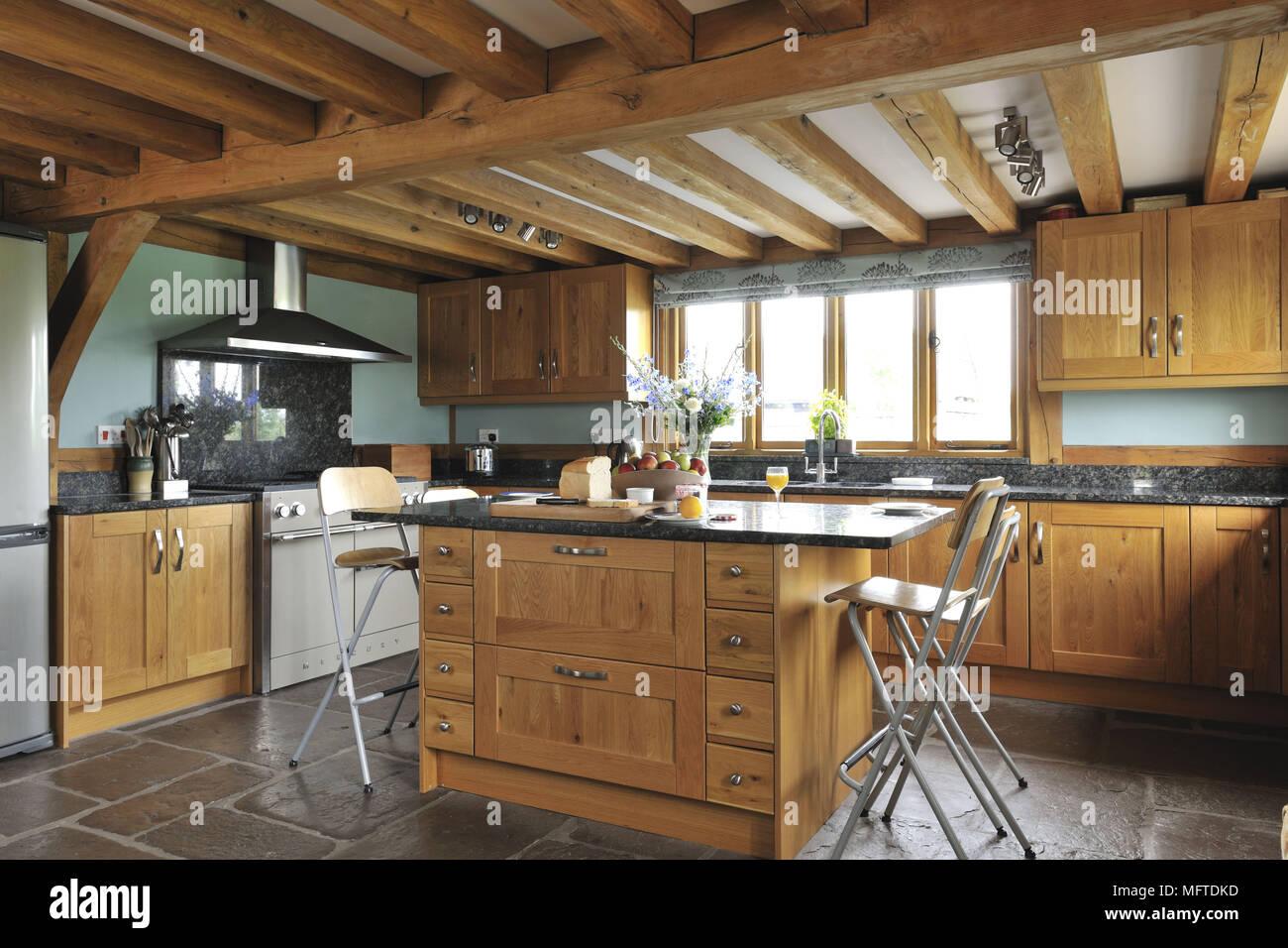 Barhocker An Der Theke In Der Modernen Kuche Im Landhausstil Stockfotografie Alamy