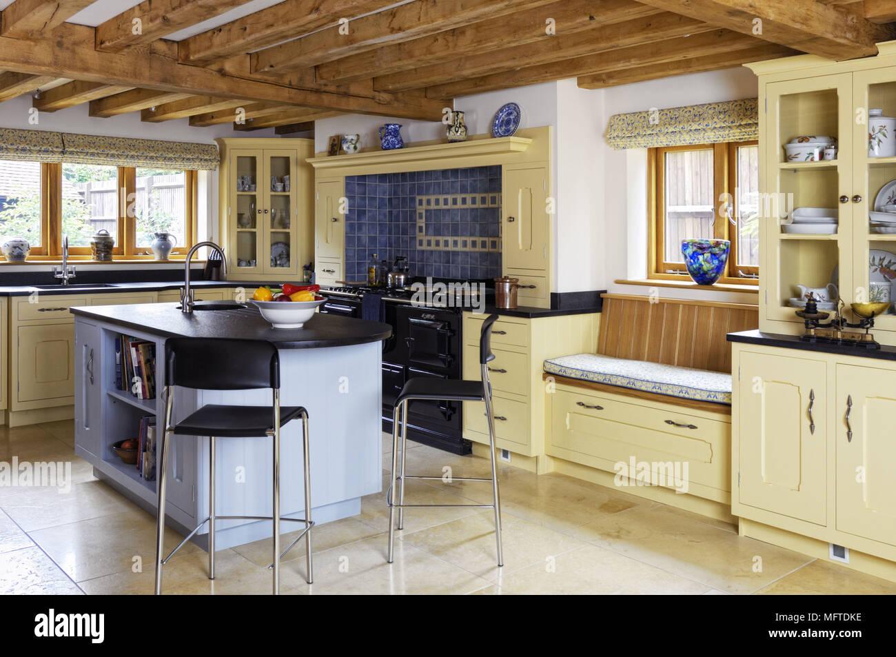 Barhocker an der Theke in der modernen Küche im Landhausstil ...