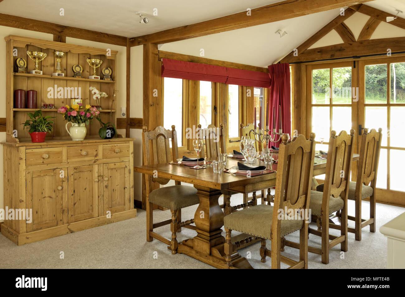 Holztisch Und Stühlen Im Modernen Landhausstil Esszimmer Stockfoto