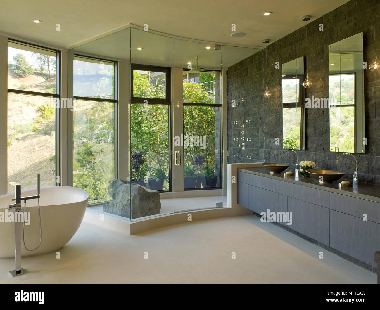 Freistehende Badewanne im modernen Badezimmer Stockfoto ...