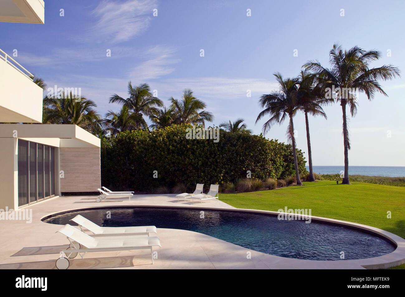 Von außen ein modernes Haus mit Schwimmbad Stockfoto, Bild ...