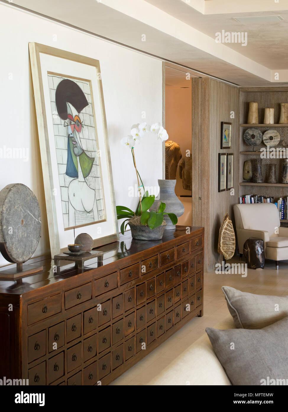 Artwork ruht auf Schrank mit Schubladen in moderne Wohnzimmer ...