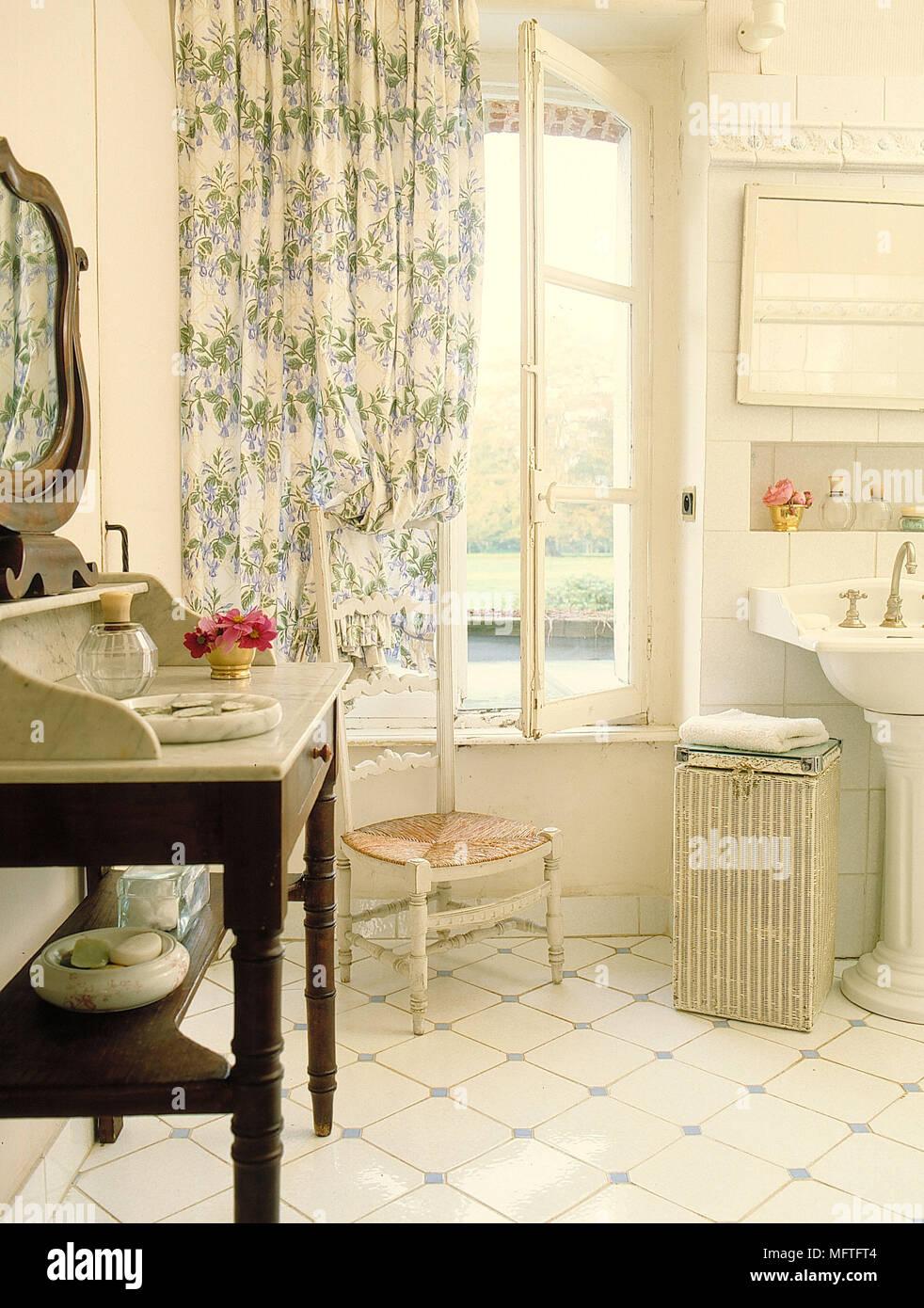 Traditionelle Bad neutrale Wände weiß Unterschrank Waschbecken ...
