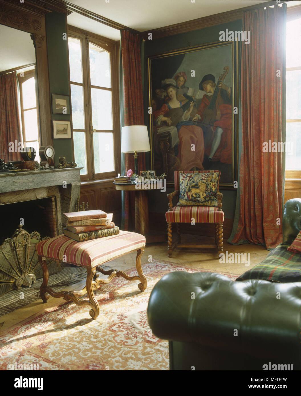 Traditionelle Wohnzimmer Dunkle Wande Dekorative Sessel Grosses Gerahmtes Bild Beistelltisch Innenraume Zimmer Farbe Lampe Mit Schatten Bucher Ornamente Cushio Stockfotografie Alamy
