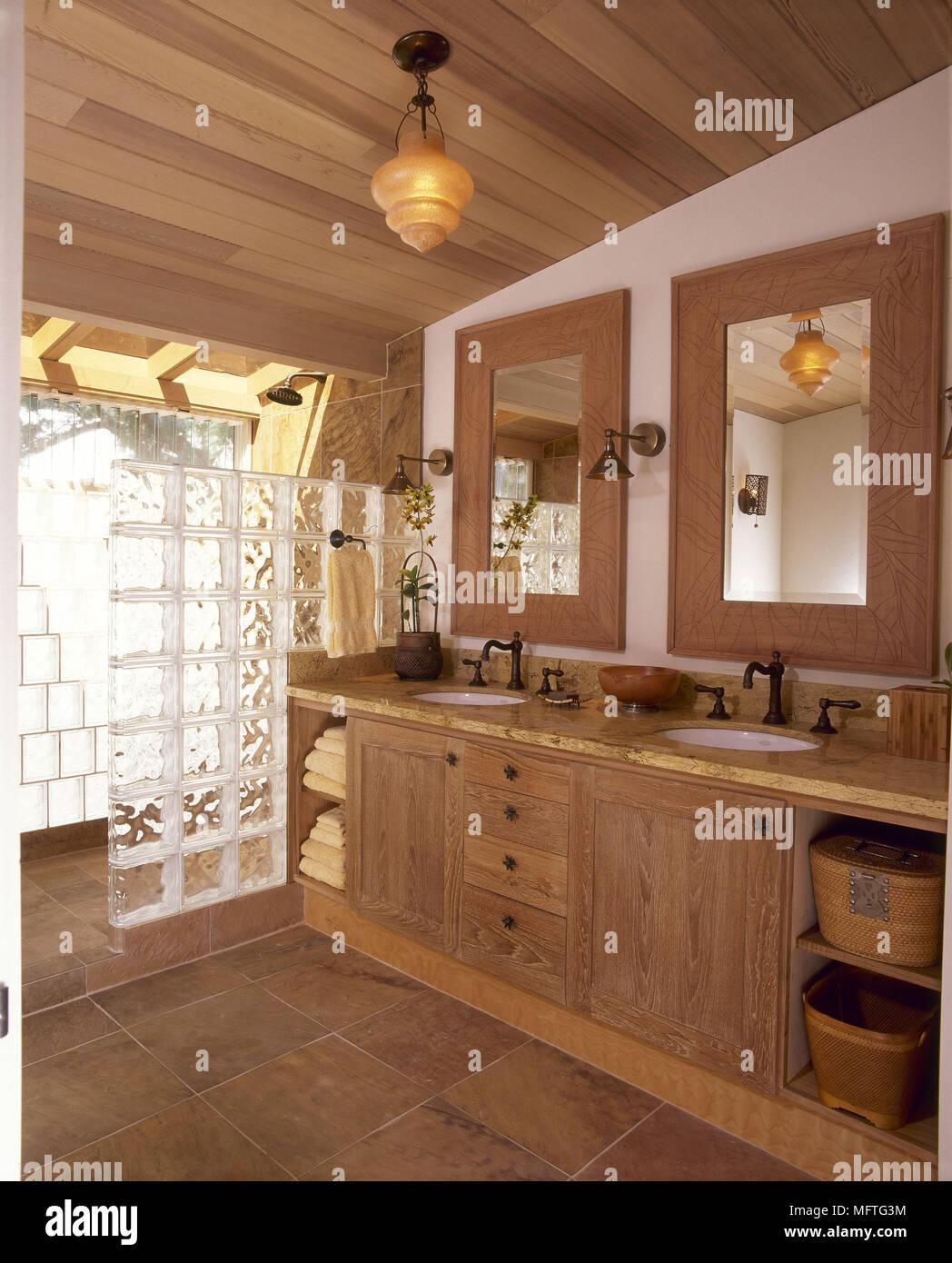 Landhausstil Badezimmer Mit 2 Waschbecken Und Dusche Hinter Glas Ziegel USA