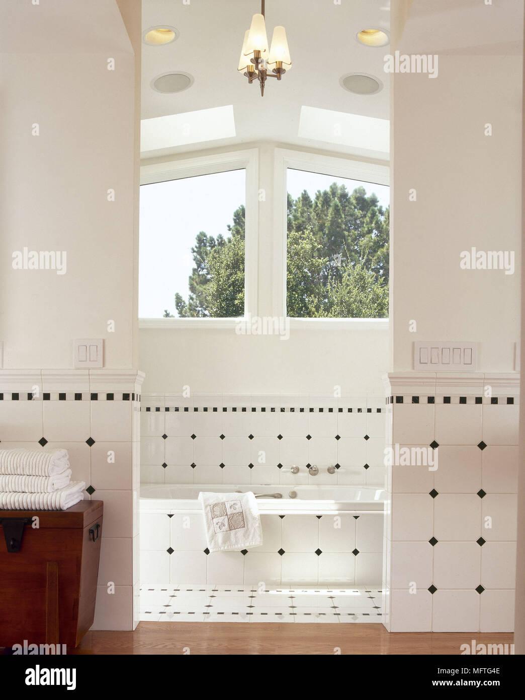 Modernes Badezimmer Badewanne Muster Fliesen hohe Decke Interieur ...