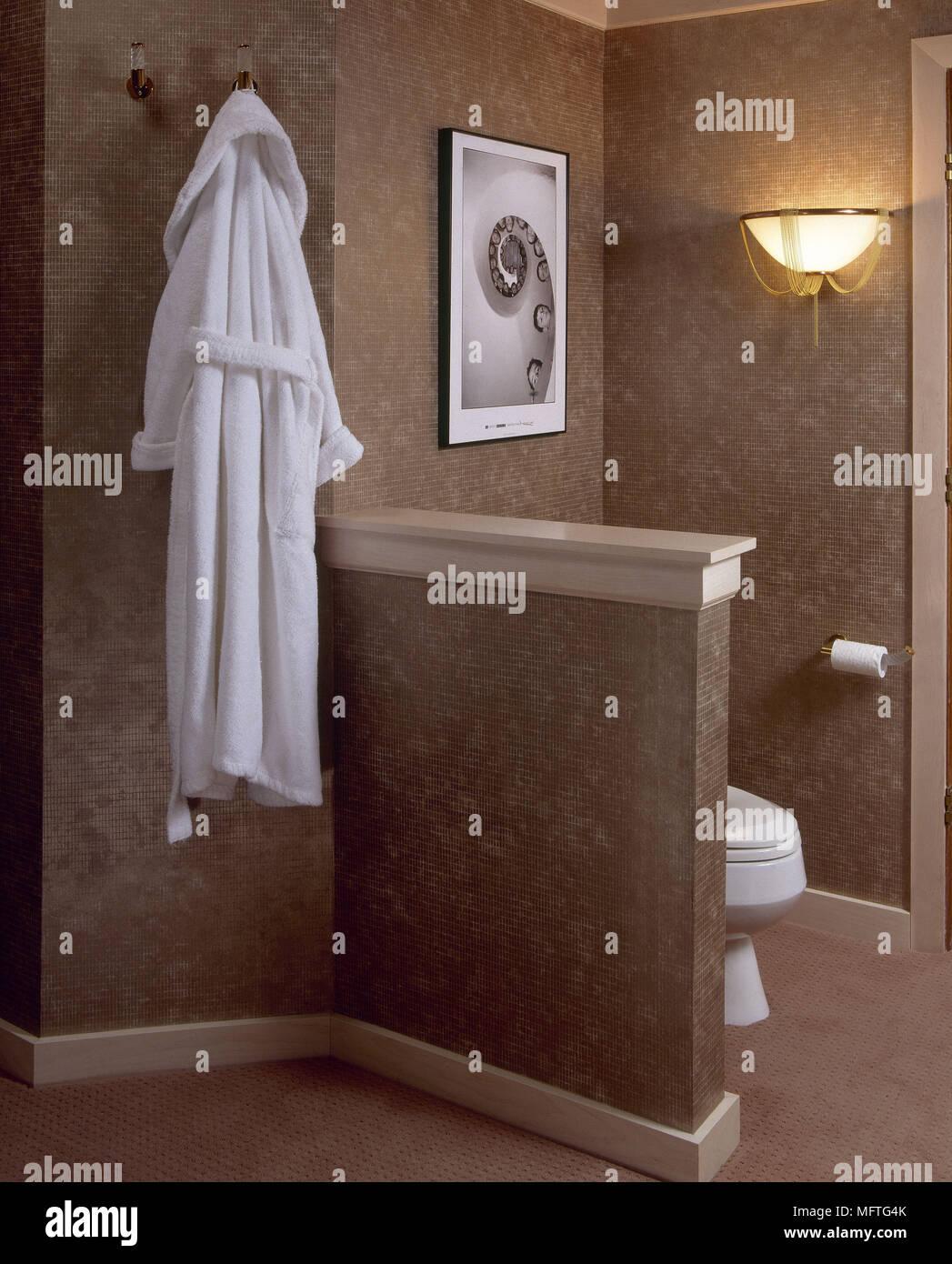 Modernes Badezimmer Detail Verdeckte WC Bademantel Interieur Bäder  Strukturierte Wände Braun Warme Farben Morgenmantel