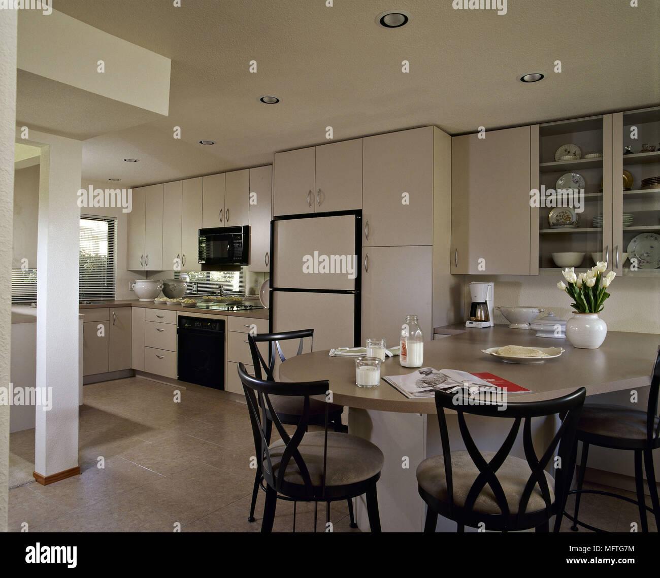 Moderne Küche Essbereich creme Einheiten runde Tisch Stühle ...