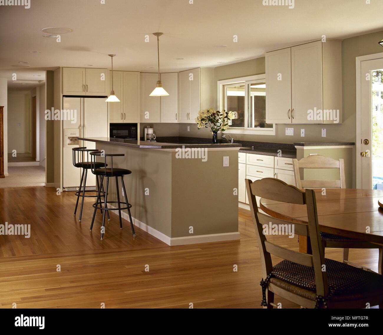 moderne k che essbereich wei e einheiten zentrale insel fr hst ck barhocker tisch st hle holz. Black Bedroom Furniture Sets. Home Design Ideas