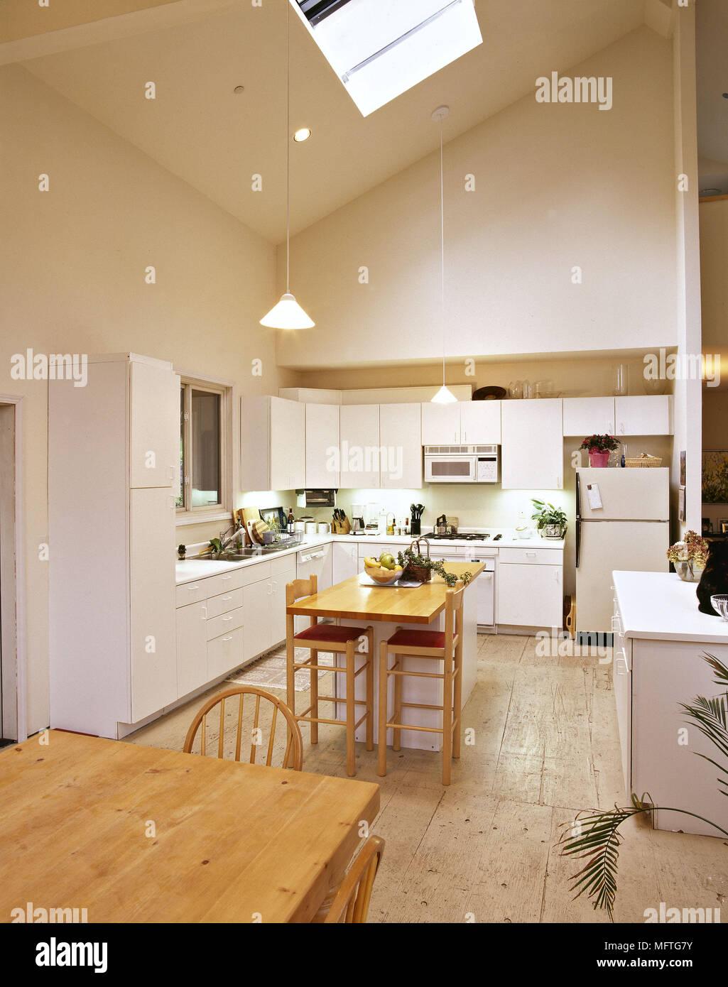 Moderne Küche Essbereich weiße Einheiten zentrale Insel Frühstück ...