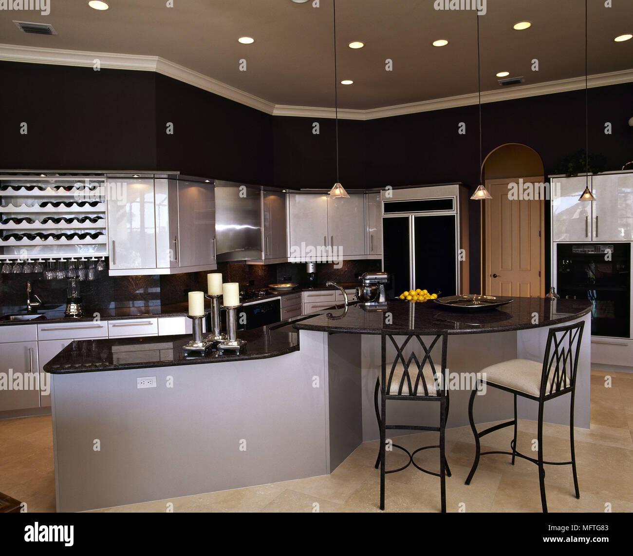 Moderne Kuche Grau Einheiten Aus Schwarzem Granit Arbeitsplatten Zentrale Insel Fruhstuck Barhocker Interieur Kuchen Kuche Diner Diners Stockfotografie Alamy