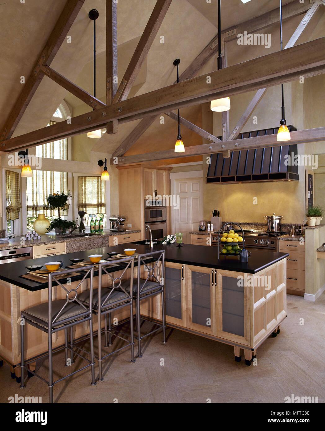 Moderne Küche in umgebauten Kirche mit Rädern Central Island Einheit ...