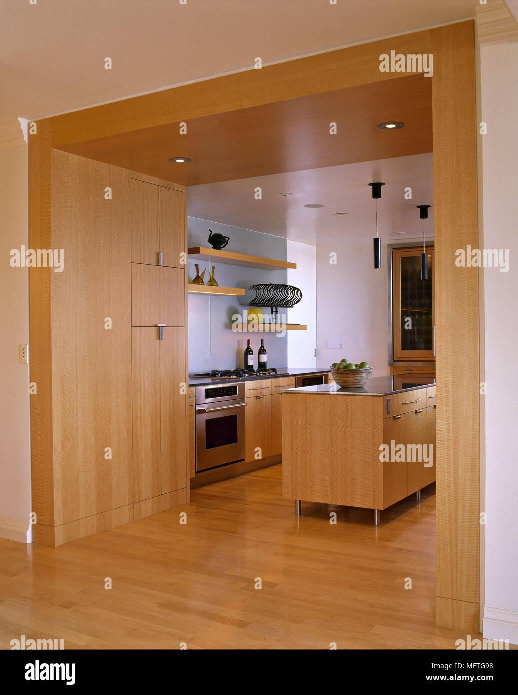 moderne k che holz units central island einheit offene t r holz boden interieur k chen stockfoto. Black Bedroom Furniture Sets. Home Design Ideas