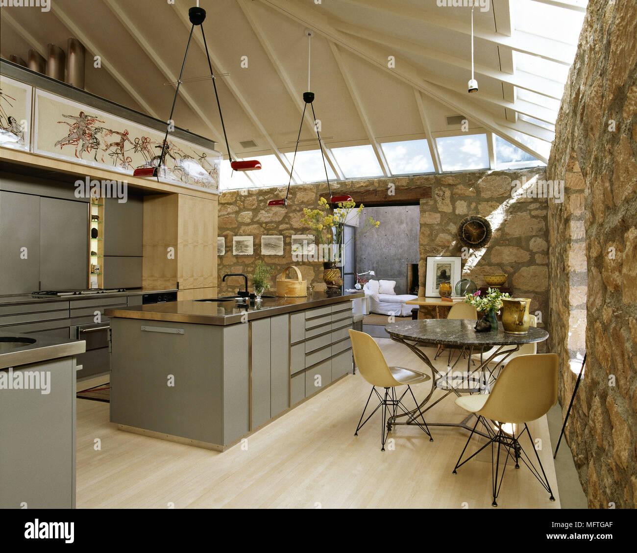 Moderne Offene Küche Und Essbereich Mit Zentraler Kochinsel Und Steinmauern