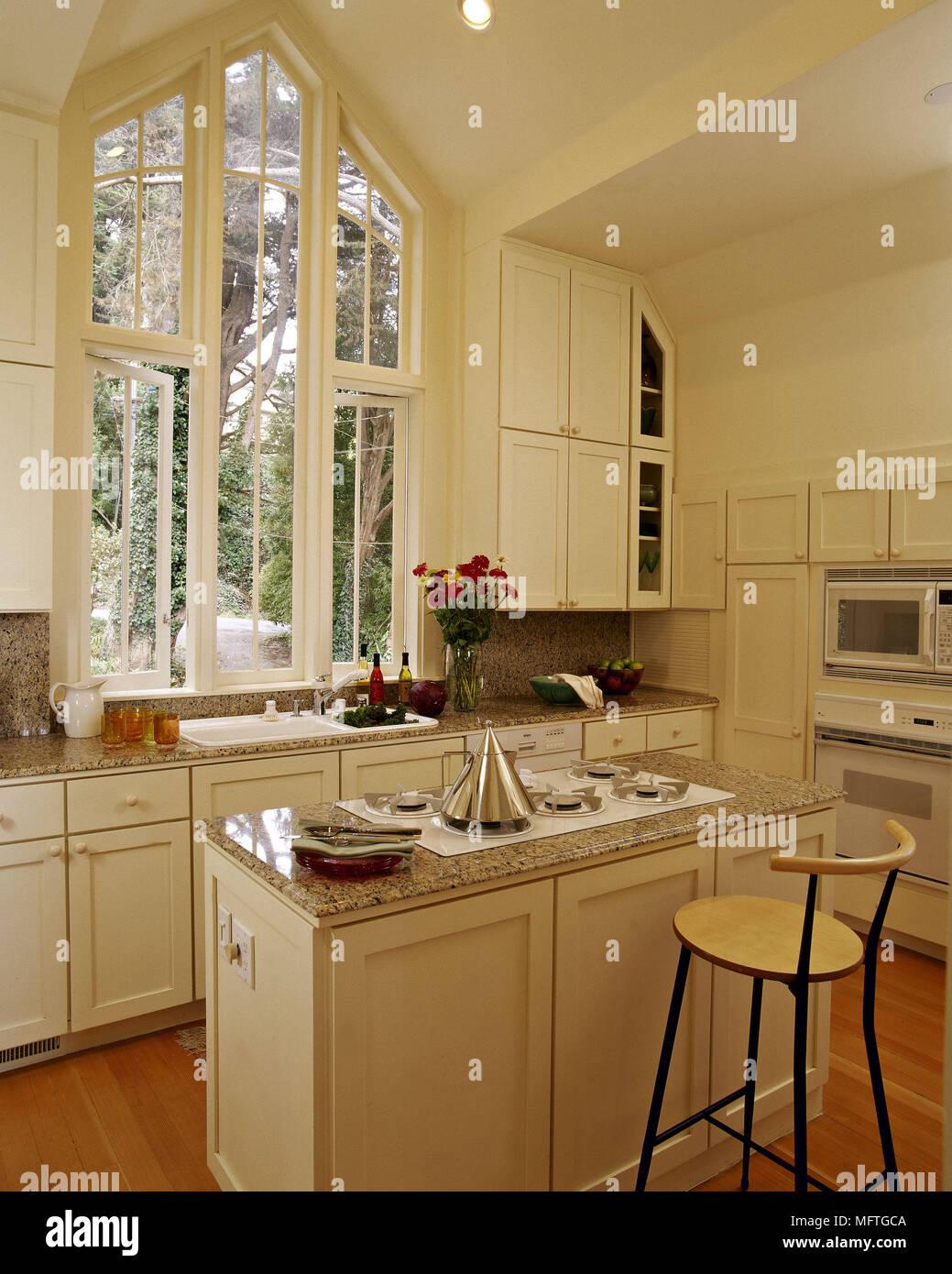 Moderne, Weiße Küche Mit Theke Und Gotischen Fenster