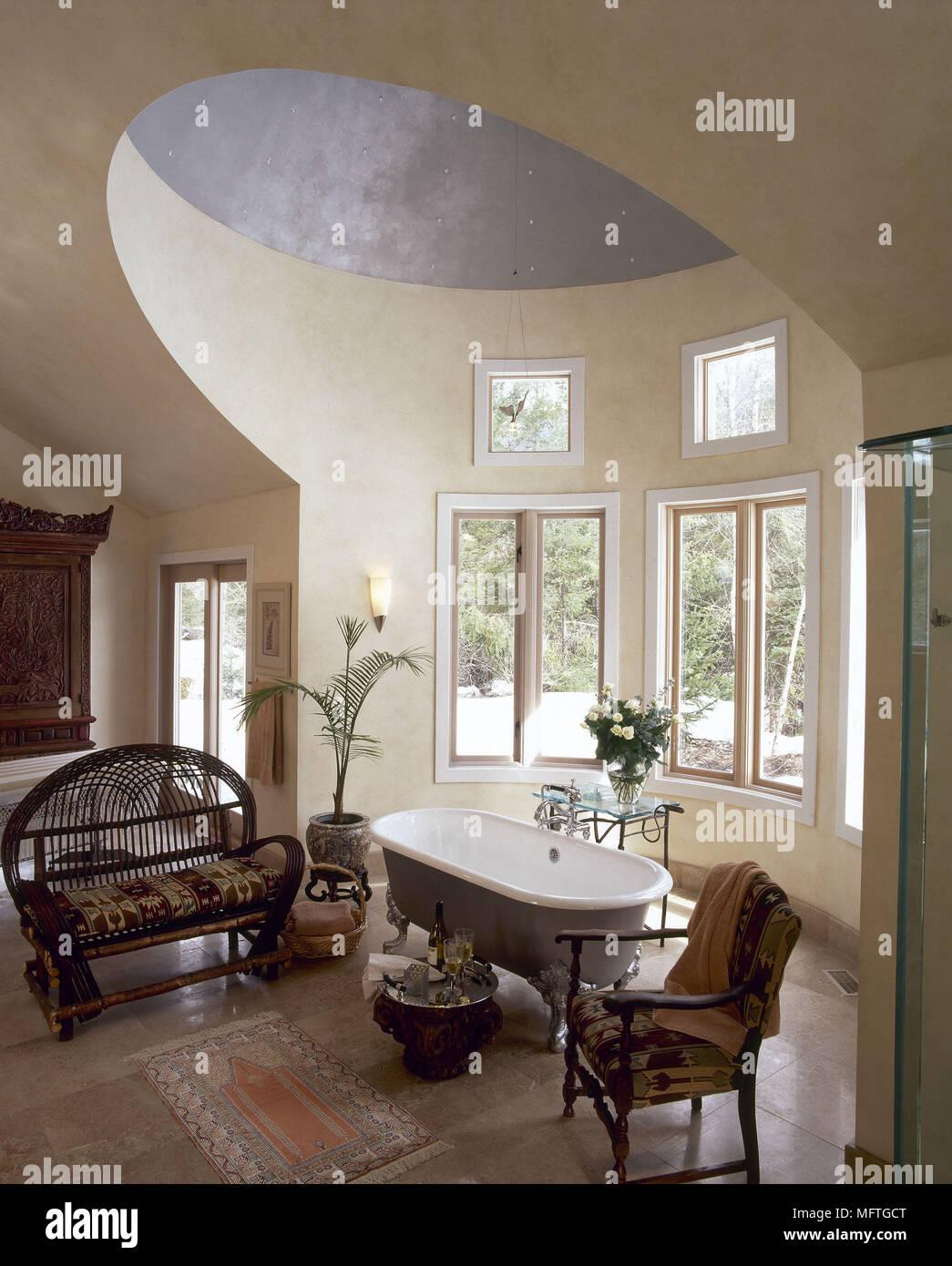 Traditionelle Badezimmer Freistehende Badewanne Hohe, Gewölbte Decke  Korbmöbel Einrichtung Bäder Bäder