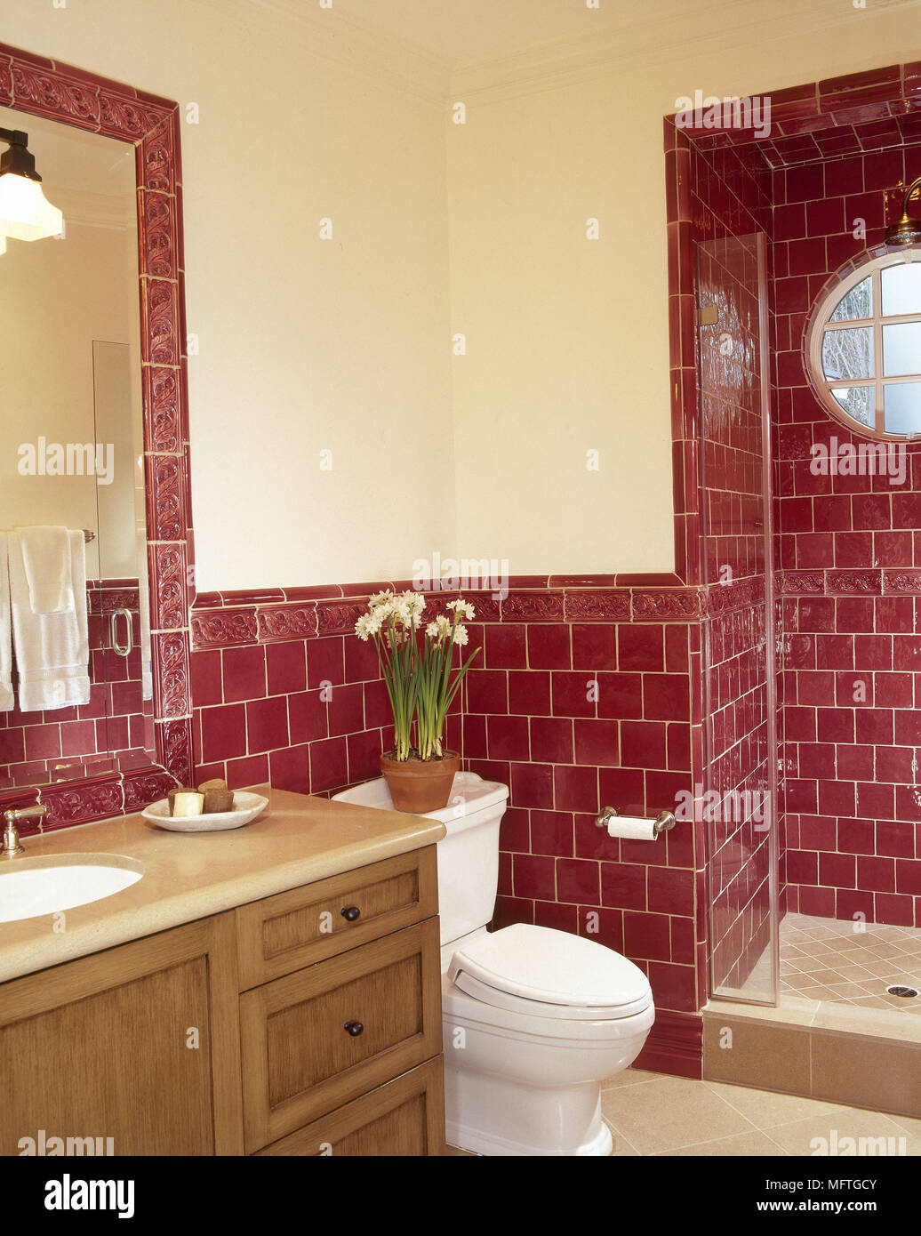 Traditionelle Bad roten Fliesen Dusche Waschbecken Schrank ...